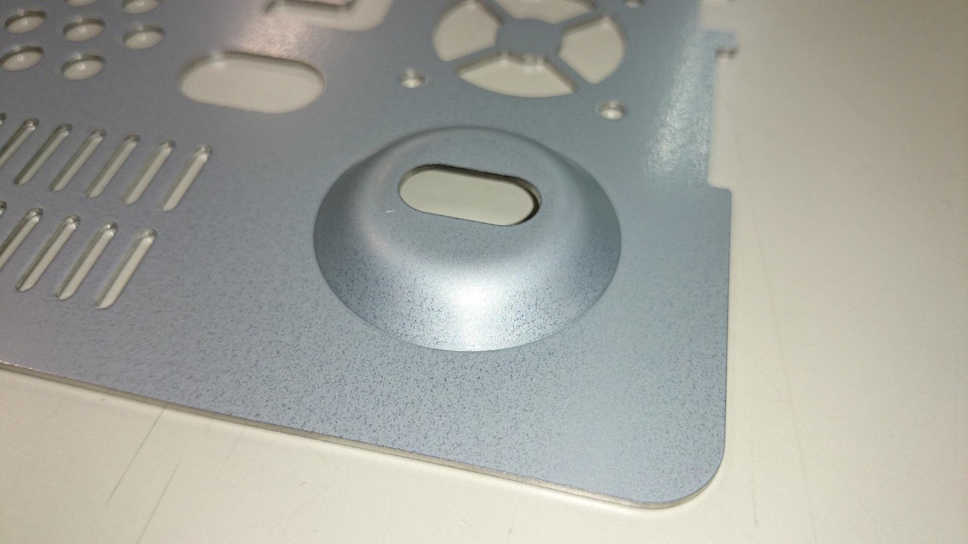 レーザ切断とターレットパンチプレスによる複合精密板金ブランク加工